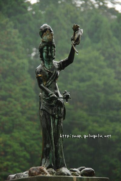 お墓の上の像
