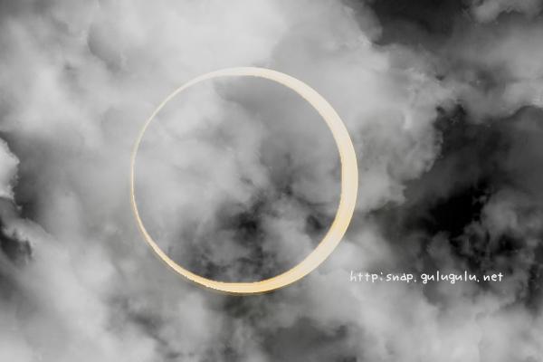 曇り空に金環日食
